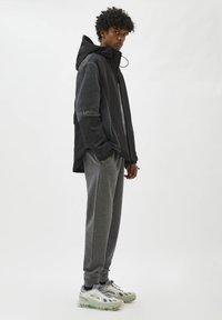PULL&BEAR - Träningsbyxor - mottled grey - 3