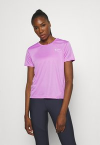 Nike Performance - MILER - T-shirt med print - fuchsia glow/reflective silver - 0