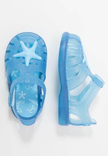 TOBBY ESTRELLA - Pool slides - azul/celeste
