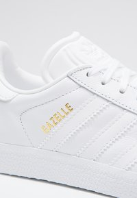 adidas Originals - GAZELLE - Sneakersy niskie - white - 5