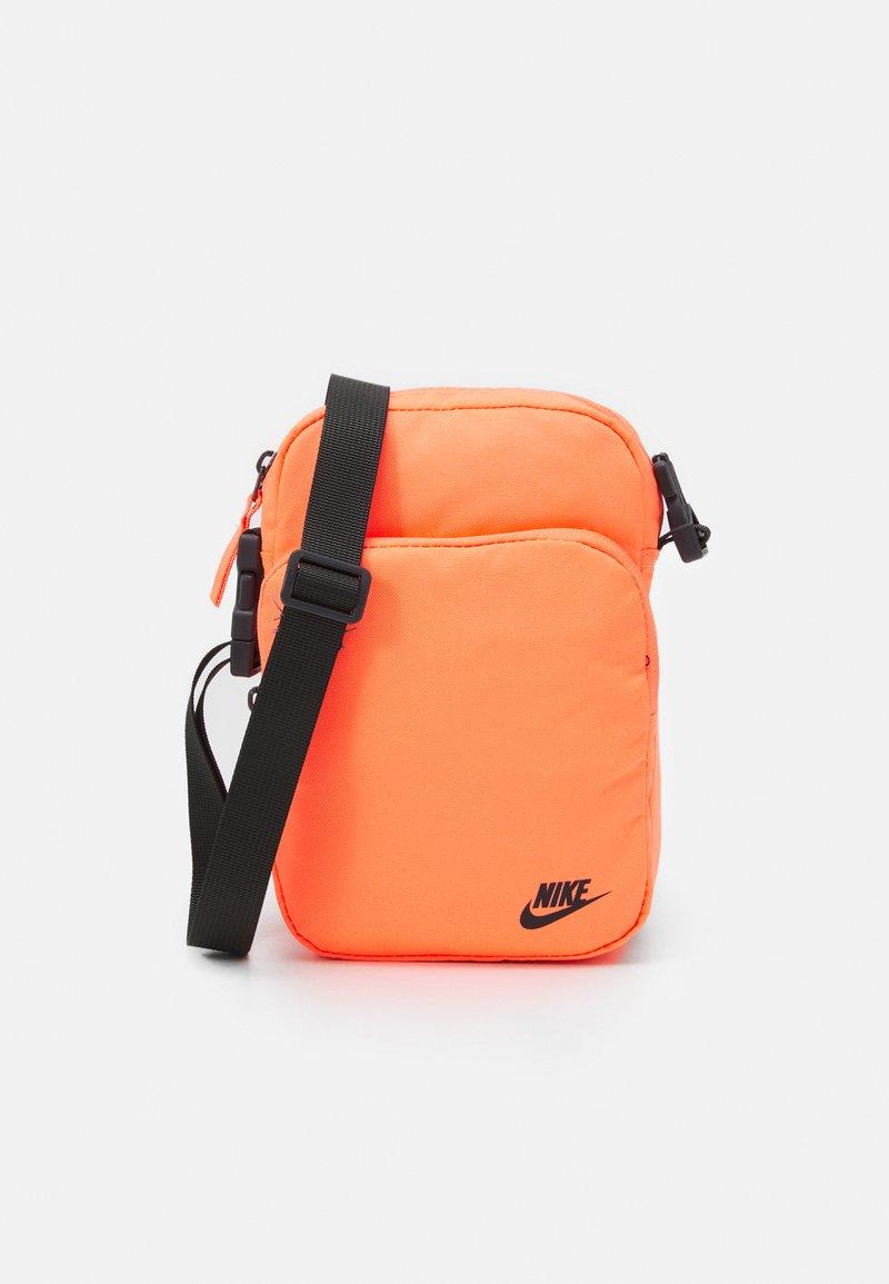 Nike Sportswear - HERITAGE UNISEX - Skuldertasker - bright mango/smoke grey
