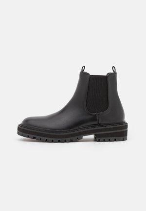 STRATEGY - Kotníkové boty na platformě - black