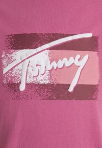 Tommy Jeans - FADED FLAG SCRIPT TEE UNISEX - T-shirt imprimé - bright cerise pink - 2