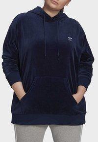adidas Originals - VELOUR TREFOIL HOODIE (PLUS SIZE) - Hoodie - blue - 4