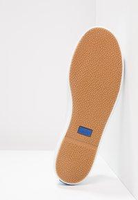 Keds - KICKSTART LEATHER - Sneakersy niskie - white - 5