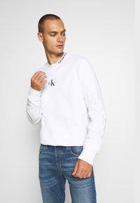 Calvin Klein Jeans - CENTER MONOGRAM CREW NECK - Felpa - bright white - 3