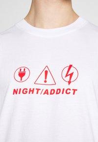 Night Addict - NAPIRATE - T-shirt med print - white - 4