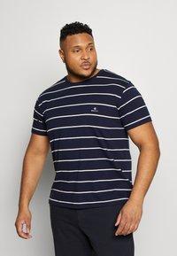 GANT - BRETON STRIPE - T-shirt med print - evening blue - 0