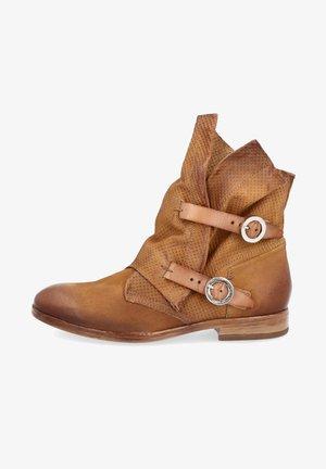 Cowboy/biker ankle boot - mustard