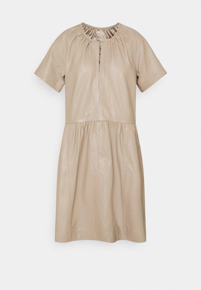 AKAY DRESS - Sukienka letnia - sandstone