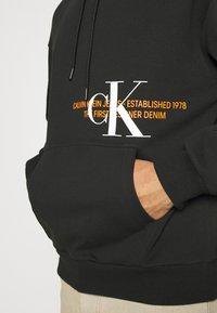 Calvin Klein Jeans - URBAN GRAPHIC LOGO HOODIE UNISEX - Bluza z kapturem - black - 3