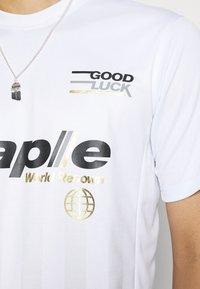 STAPLE PIGEON - VERTICAL SOCCER UNISEX - Print T-shirt - white - 5