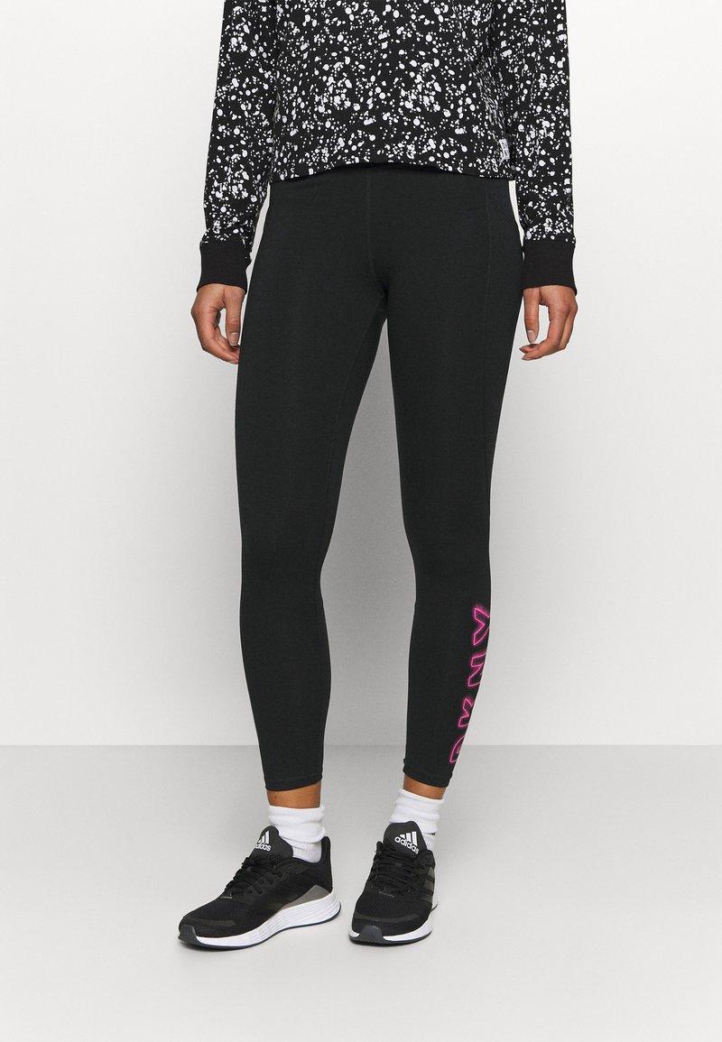 DKNY - HIGH WAIST 7/8 LEGGINGWITH PRINTED SIDE LOGOS - Collants - black