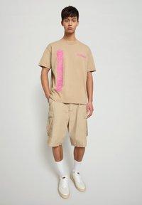Napapijri - S-HAENA - T-shirt med print - mineral beige - 1