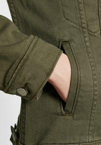 Levi's® - EX-BOYFRIEND TRUCKER - Jeansjakke - tensile olive - 6