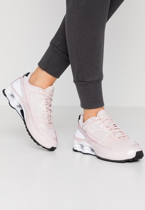 SHOX ENIGMA 9000 - Baskets basses - barely rose/reflect silver/black