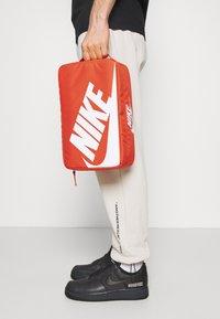 Nike Sportswear - SHOEBOX UNISEX - Sac de sport - orange/orange/white - 1