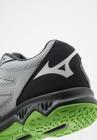 Mizuno - LIGHTNING STAR JR - Volleyball shoes - high rise/black/green gecko - 2