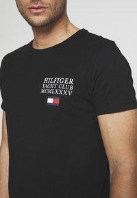 Tommy Hilfiger - YACHT CLUB TEE - T-shirt con stampa - black - 4