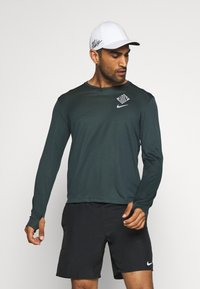Nike Performance - PACER CREW  - Sports shirt - seaweed/asparagus/reflective silver - 0