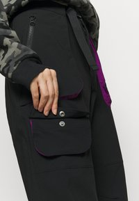 Columbia - POWDER KEGSTRETCH CARGO - Pantalones montañeros largos - black/plum - 3
