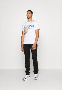Calvin Klein - SHADOW LOGO - Camiseta estampada - white - 1