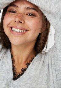 Vero Moda Curve - Abito in maglia - light grey melange - 3