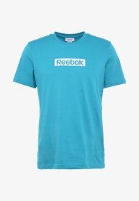 Reebok - ELEMENTS SPORT SHORT SLEEVE GRAPHIC TEE - Camiseta estampada - seatea - 3