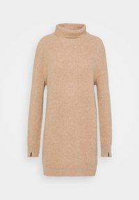 PIERCE T NECK DRESS  - Strikket kjole - camel