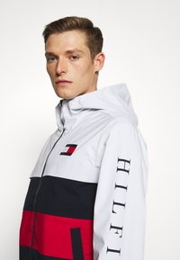 Tommy Hilfiger - COLOURBLOCK HOODED JACKET - Regenjacke / wasserabweisende Jacke - white