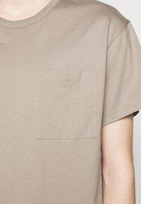 Filippa K - M. BRAD  - Jednoduché triko - desert tau - 4