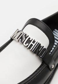 MOSCHINO - Nazouvací boty - black/white - 5
