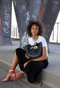 Versace Jeans Couture - SAFFIANO LOCK - Tote bag - nero - 0