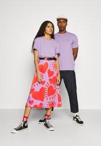 YOURTURN - 2 PACK UNISEX - T-shirt - bas - purple/black - 0