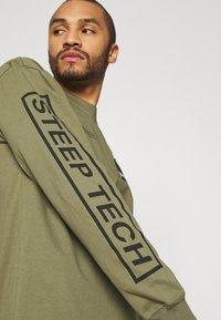 The North Face - STEEP TECH TEE UNISEX - Camiseta de manga larga - burnt olive green - 3
