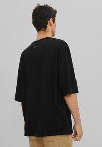 Bershka - OVERSIZED UNISEX - T-shirt - bas - black - 3