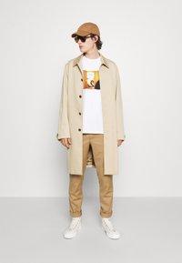 Paul Smith - DOORBELL PRINT UNISEX - T-shirt z nadrukiem - white - 5