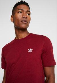 adidas Originals - ADICOLOR ESSENTIAL TEE - T-shirt con stampa - burgundy - 4