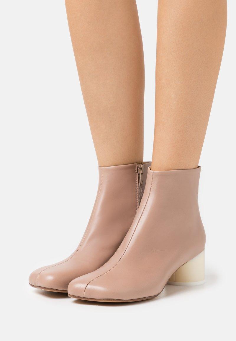 MM6 Maison Margiela - STIVALETTO - Ankle boots - tuscany