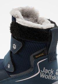 Jack Wolfskin - POLAR WOLF TEXAPORE MID VC UNISEX - Winter boots - dark blue/offwhite - 5