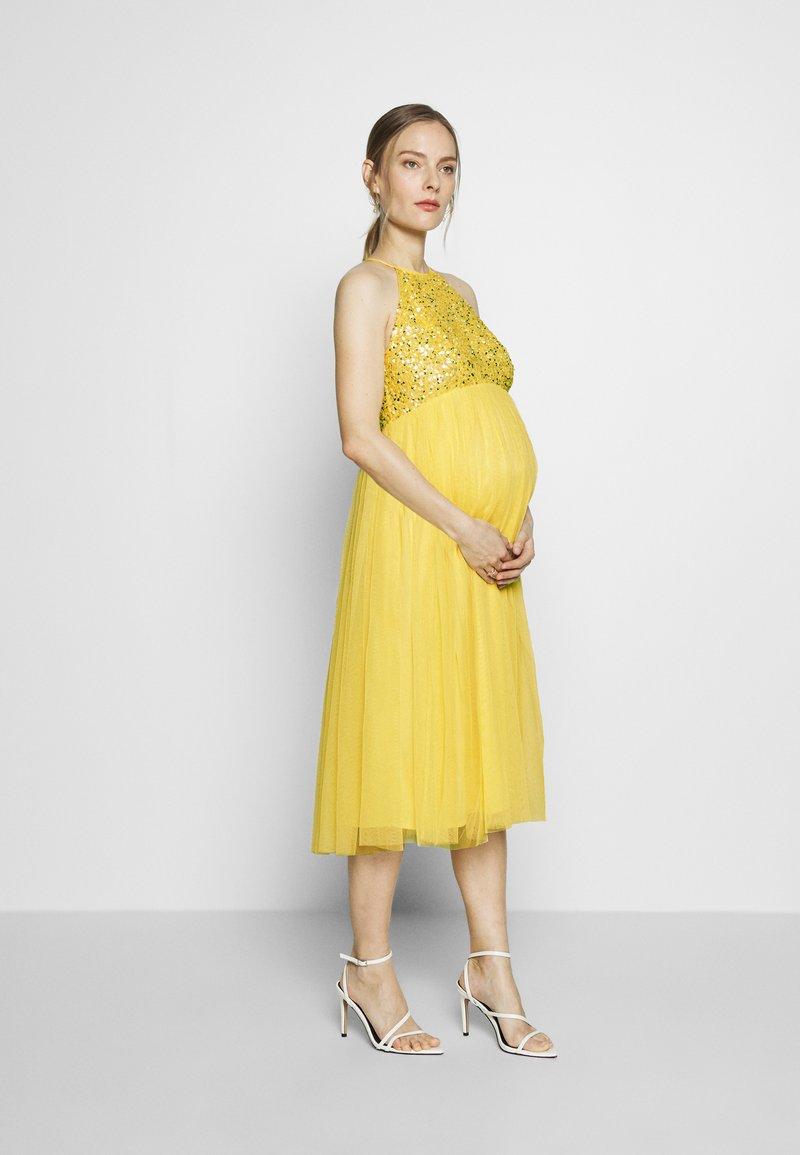 Maya Deluxe Maternity - HALTER NECK DELICATE MIDI DRESS - Cocktailkleid/festliches Kleid - lemon