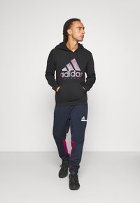 adidas Performance - SPORTSWEAR AEROREADY PANTS - Pantalones deportivos - legend ink/power berry - 1