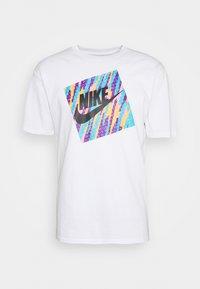 Nike Sportswear - TEE WILD - T-shirt con stampa - white - 4