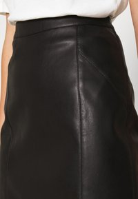 Vero Moda - VMNORARIO COATED SKIRT  - Blyantnederdel / pencil skirts - black - 4