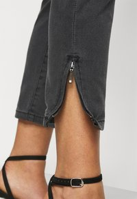 Vero Moda Petite - VMTILDE ANKLE ZIP - Džíny Slim Fit - medium grey denim - 4