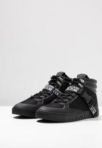 Versace Jeans Couture - FONDO CASSETTA - Sneakersy wysokie - black - 2