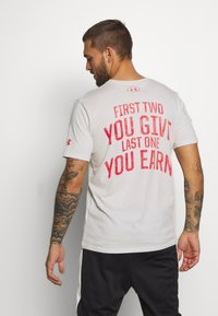 Under Armour - PROJECT ROCK - Camiseta estampada - summit white/versa red - 2