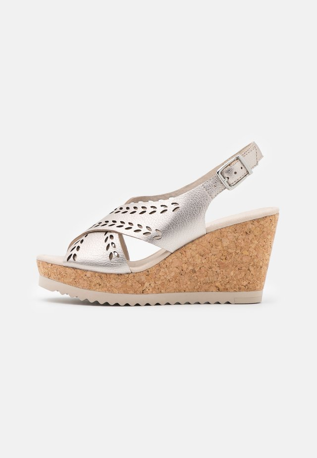 Sandalias con plataforma - puder