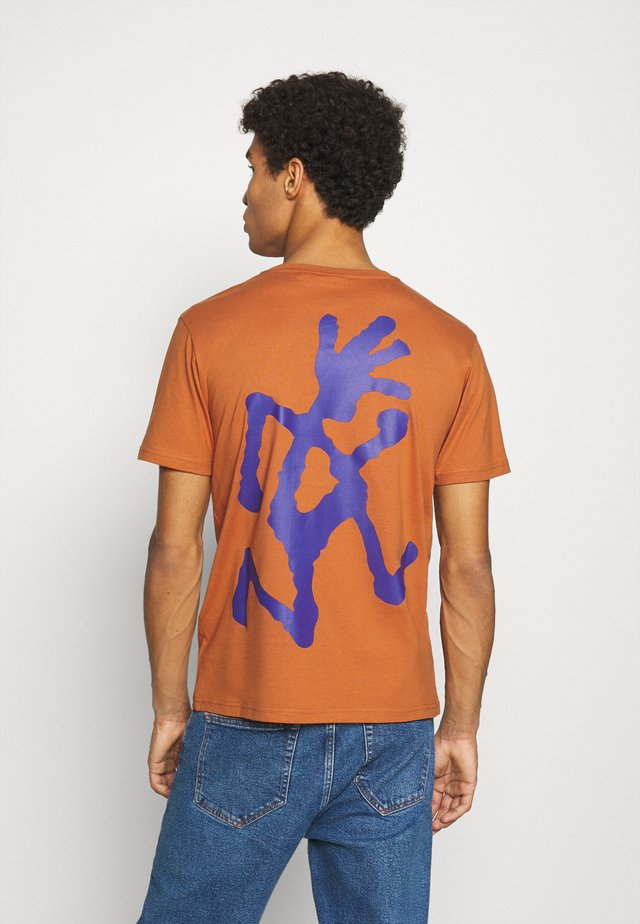 BIG RUNNINGMAN TEE - Print T-shirt - orange