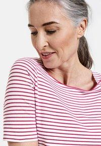 Gerry Weber - 1/2 ARM - Print T-shirt - ecru/weiss/lila/pink ringel - 1